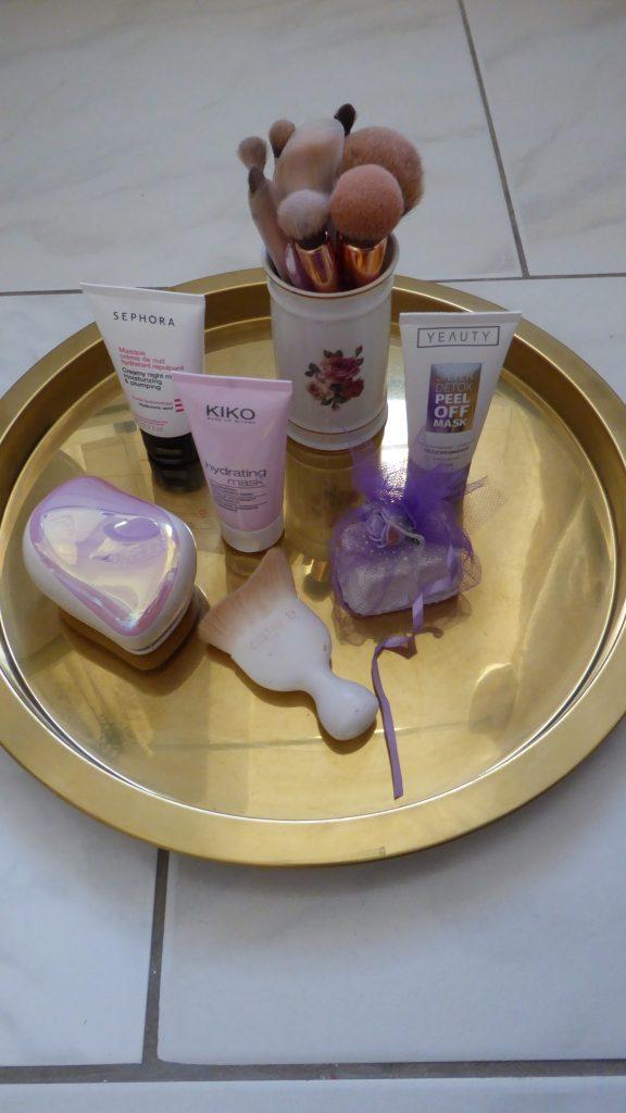 Goldenes Tablett mit Kosmetikartikel für Home Spa